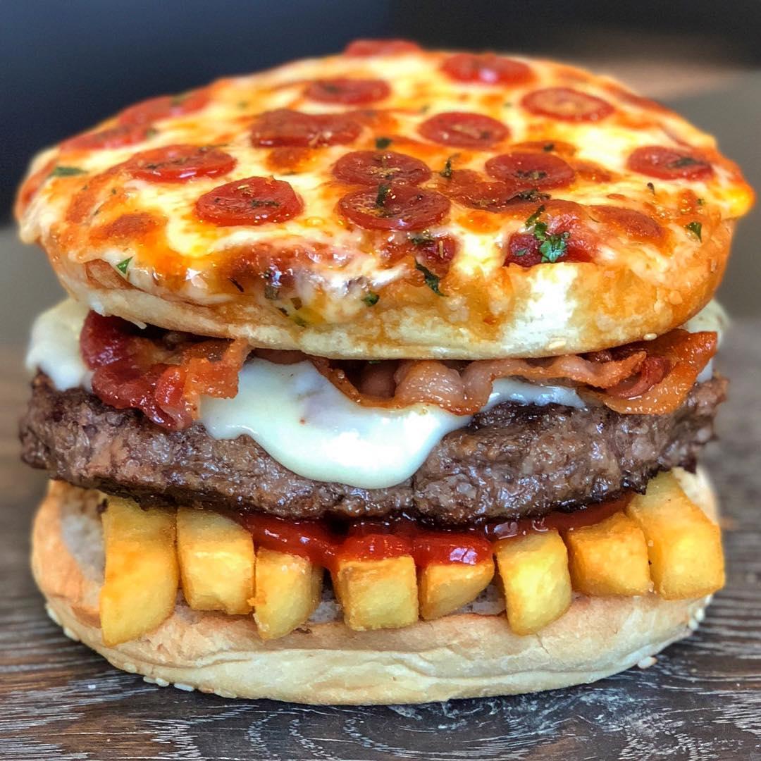 Пицце-беконо-фришный чизбургер