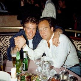 Жан-Клод Ван Дамм и Джеймс Белуши на открытии ресторана «Планета Голливуд». 1993 год
