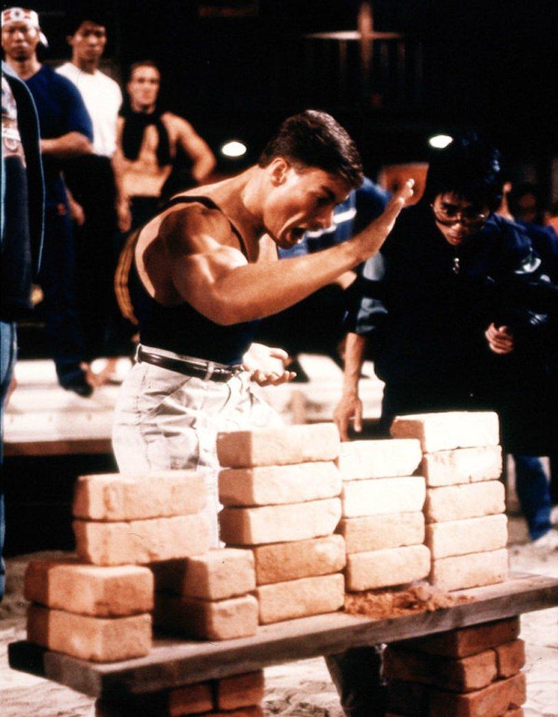 Момент из фильма Кровавый спорт (1988) с кирпичами