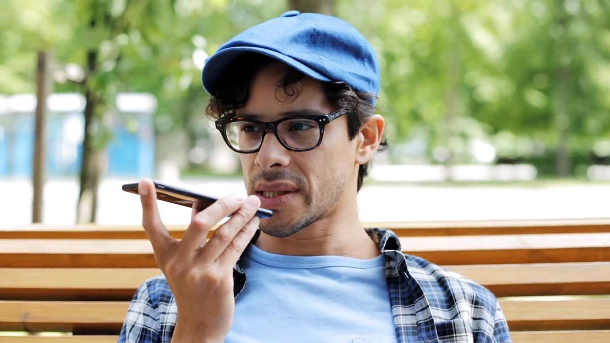 Люди стали разговаривать по громкой связи и видеовызову (Skype) в общественных местах и транспорте