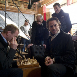 Гай Ричи играет в шахматы с Шерлоком Холмсом (Роберт Дауни младший)