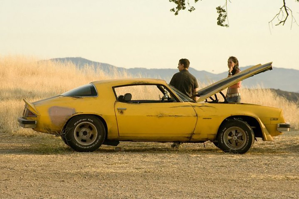 Момент из фильма Трансформеры (2007): Сэм, Микаэла и Бамблби