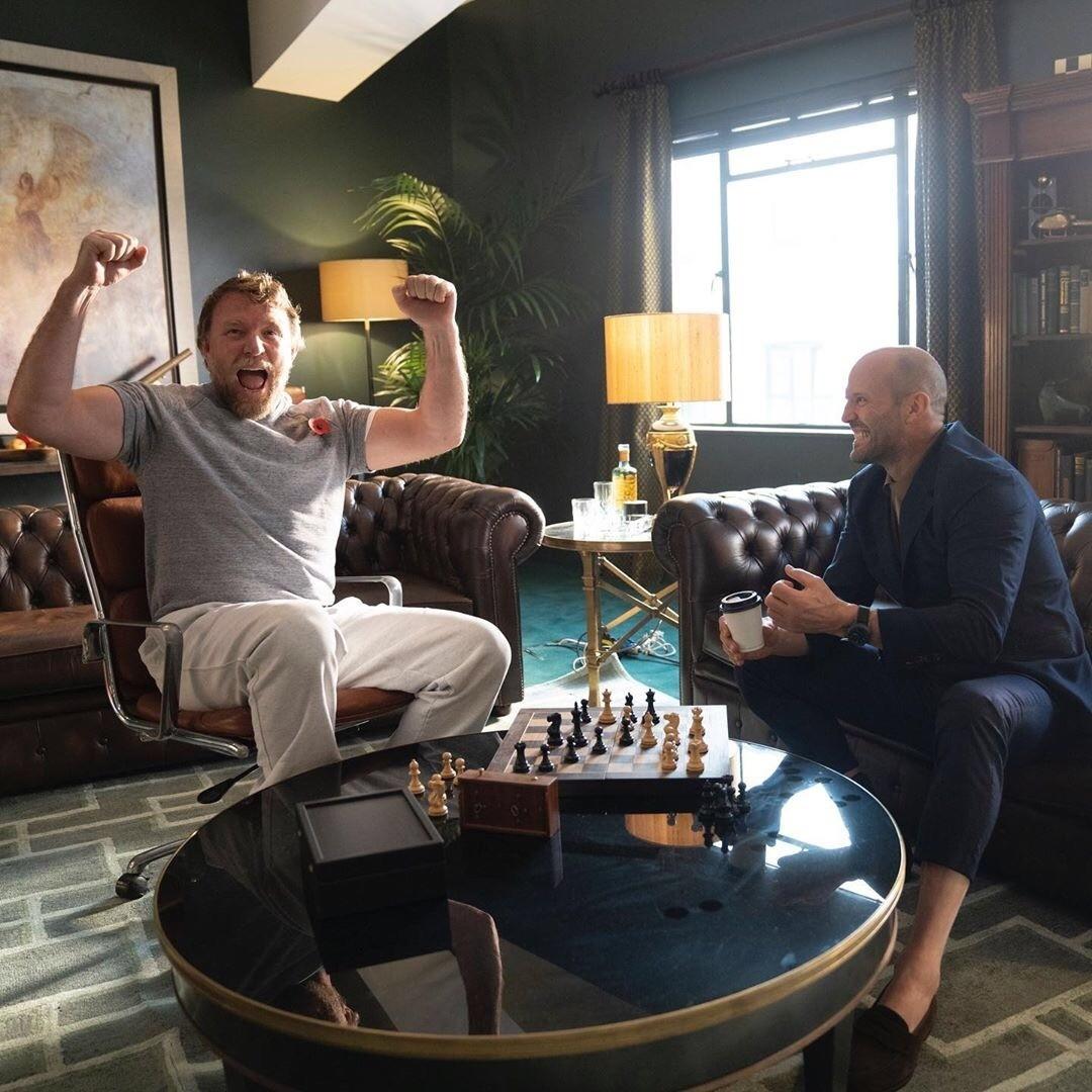Гай Ричи и Джейсон Стэтхэм играют в шахматы