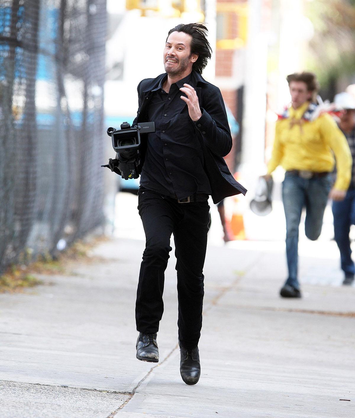 Киану Ривз убегает от папарацци с камерой, которую у них стащил
