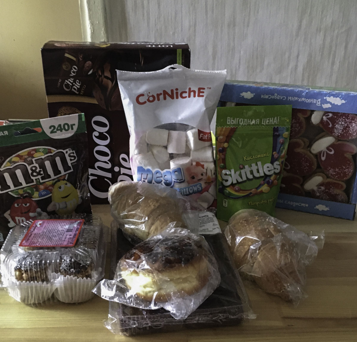 Wagon Wheels, M&M's, Skittles, ChocoPie, Marshmallow и другие сладости