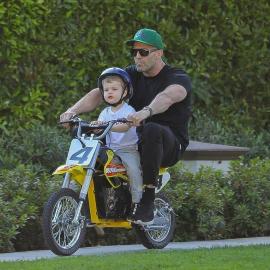 Джейсон Стэтхэм учит двухлетнего сына кататься на мотоцикле