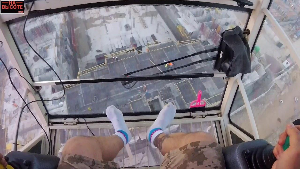 На высоте: Крановщик во время шторма на башенном кране