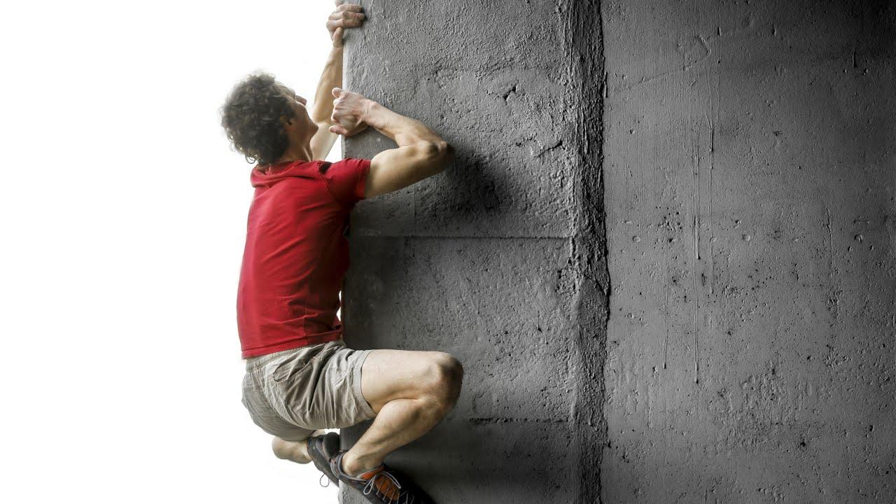 Скалолаз, который залез по углу стены