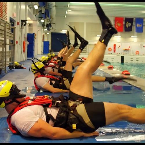 Тренировки будущих пловцов береговой охраны (USCG Helicopter Rescue Swimmer)